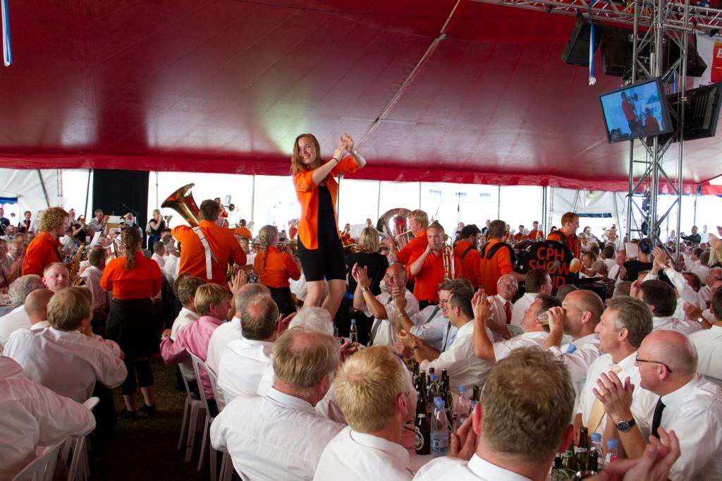 1.600 gæster til herrefrokost i Sønderborg bliver underholdt af Copenhagen Showband.