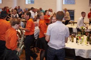 Der blev danset godt, da Copenhagen Showband kom forbi og satte gang i festen hos Mediehuset Ingeniøren.