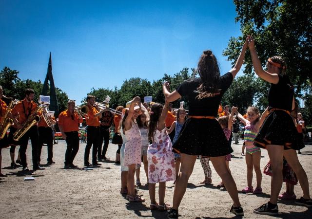 Danserne får børnene med ind i musikken